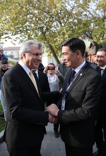 """TDBB Kırgızistan Üye Belediyeler Bilgi ve Tecrübe Paylaşım Programı kapsamında Kırgızistan'dan devlet yetkilisi ve belediye başkanlarıyla buluşan Başkan Ekrem Yüce, """"Denizi, gölü, nehri, longozu, yaylaları, dereleri, şelaleleri, termal suları ile Sakarya doğal güzelliklerin merkezidir. Sakarya; izzet, bereket, samimiyet, dostluk, hoşgörü ve kardeşlik coğrafyasıdır. Balkanların ve Doğu'nun merkezidir. Balkanlardan, Kafkaslardan ve diğer birçok bölgeden göç alarak kurulmuş güzel bir şehirdir"""" dedi."""