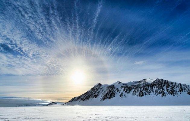 1. Antarktika dünyanın en büyük çölüdür. 2. Antarktika dünya üzerinde sürüngen bulunmayan tek yerdir. 3. Dünyanın en soğuk yeri Antarktika üzerindedir. Buranın sıcaklığı – 93.2 dereceye kadar düşebiliyor. 4. Antarktika'nın bazı bölgelerine son 2 milyon yıldır yağmur ya da kar yağmış değil. 5. Antarktika'da kırmızı renkli bir şelale bulunuyor.