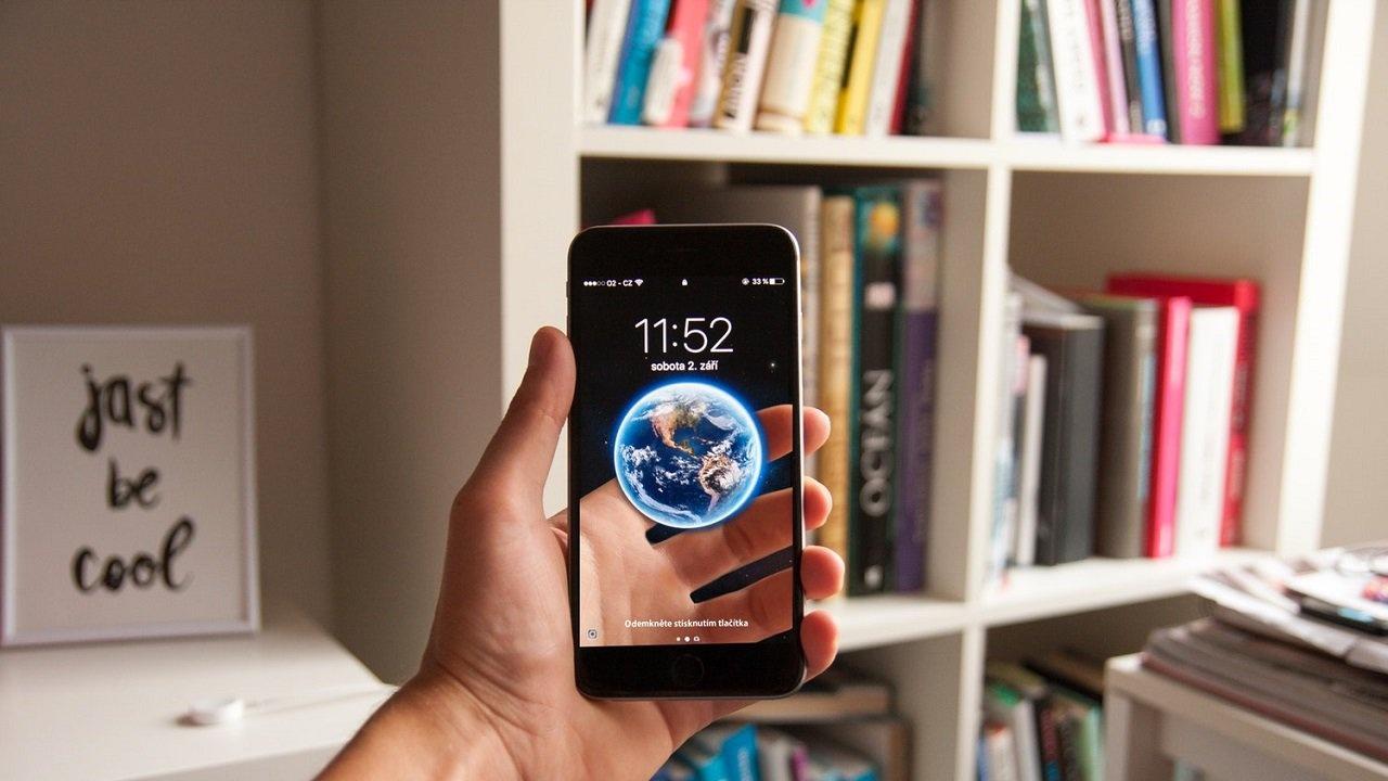 """Elbette internet de evrimleşti ve hayatımıza sosyal medya girdi. Her şey o kadar hızlı değişti ki, telefonsuz arkadaşınla buluşmak nasıl bir şeydi, onu bile hayal edemiyoruz. Mesela 15 dakika geç kalınca ne oluyordu? Bir insan diğerini en fazla ne kadar bekliyordu? Beklemekten sıkılıp zamanını yandaki dükkanda geçirirken diğeri gelip onun gittiğini sanınca ne oluyordu? Şu anda WhatsApp'sız bir hayatı unuttuk, ama aslında bundan 15-20 yıl öncesine kadar hala birbirimize mektup yazıyorduk. Şu anda dünyanın neresinde olduğumuz önemsiz bir şekilde, Skype'tan toplantı bile yapabiliyoruz.  İnternet inanılmaz bir şey ve onu çok seviyorum. Yıllar önce ilk internet paketleri çıktığında, gazetelerin attığı """"Amerika'daki kütüphaneleri bile gezebileceğiz!"""" başlıklarını hatırlıyorsunuz değil mi? 146'dan bağlandığımız zamanlardan bu yana, elbette internet de evrimleşti ve hayatımıza sosyal medya girdi.  MySpace, Wikipedia, Blogger vs. derken 2004'te Facebook kuruldu ve 2006'da günlük yaşamımızda yer etmeye başladı. Sosyal medya bir çığ gibi büyüdü, gençlerden başlayıp çocuklara, anne babalara sıçradı. Akıllı telefonlar dünyayı ele geçirdi. İnsanlar Candy Crush ve Farmville oynayanlar olarak ikiye ayrıldı. Arkadaşlık teklifini kabul etme ya da etmemelerden başlayan tartışmalar, Whatsapp'ta mavi tık gelince çığır açtı. Instagram'ın like'ları, Twitter'ın linçleri derken günler aktı gitti… Bazen yorgun olup uykuya dalmak isterken, 57 dakikadır Instagram'da story izlediğimizi fark edip kendimize geldik."""