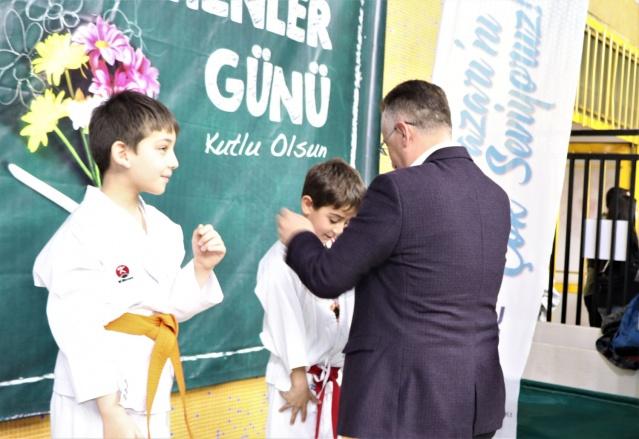 """24 Kasım Öğretmenler Günü için Adapazarı Belediyesi destekleriyle Atatürk Spor Salonu'nda düzenlenen Karate İl Turnuvası'nın açılışında konuşan Başkan Mutlu Işıksu, """"Bu çok güzel ve kıymetli bir günde değerli öğretmenlerimizle birlikte sporun ve sporcunun yanında olduğumuz için mutluyuz. Sporun her dalında çalışmamız sürecek, Adapazarı'mızın başarısı artarak devam edecek."""" dedi."""
