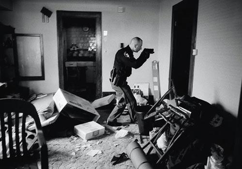2008 Anthony Suau Amerikalı Anthony Suau'nun Cleveland kentinde kredi borçlarını ödeyemediği için boşaltılmak zorunda olan bir evde silahlı bir polisin yaptığı arama ekonomik krizi çok iyi anlatıyor…