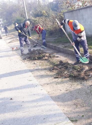 Karasu Belediyesi Temizlik İşleri Müdürlüğü ekipleri mahallelerde temizlik çalışmalarına devam ediyor. Bir yandan günlük temizlik faaliyetlerini aksatmadan sürdüren ekipler, bir yandan da belirlenen program dâhilinde mahallelerde detaylı temizlik çalışması yapıyor.