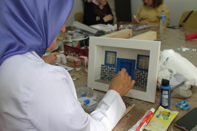"""Büyükşehir Belediyesi SAMEK'lerde eğitimler devam ediyor. 8 yıldır SAMEK'lere katılan 76 yaşındaki Nedret Kuşaksızoğlu, """"Öğrenmenin hiçbir zaman yaşı ve alanı yoktur. Bu imkânı bizlere sağlayan Büyükşehir Belediyemize teşekkür ediyorum"""" derken; Kağıttan Ev Aksesuarları Yapımı dersinin Türkiye'de ilk SAMEK'lerde başladığını dile getiren Eğitmen Meral Erdem ise SAMEK'lerin buluşma noktaları olduğunu söyledi."""