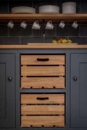 Bozulan mutfak çekmecesi ya da dolap kapağı sizin için sorun olmasın... Evinizdeki küçük alanları değerlendirerek fazla kullanım alanları yaratabilirsiniz. İşte küçük alanları değerlendirebileceğiniz 10 pratik yol...  Mutfak dolabınızın kapağı kırıldıysa içindeki rafı çıkarın ve iki tane meyve kasası koyun. Böylece yeni ve dekoratif çekmecelere sahip olabilirsiniz.