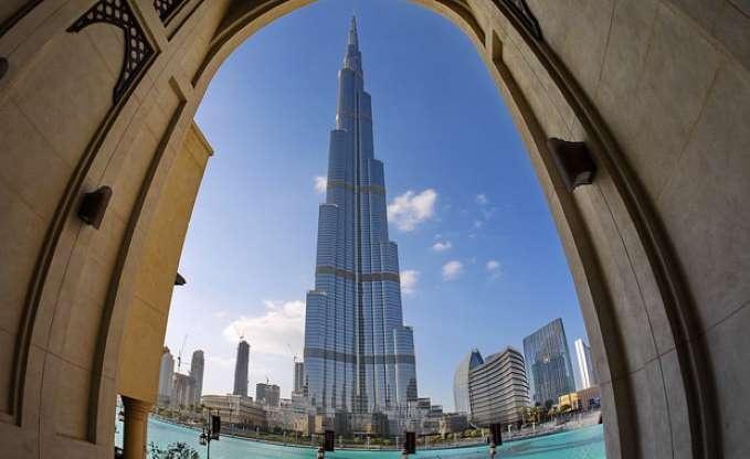 Burç Halife, Duba, BAE  2010 yılında açılan Burç Halife, Dubai'nin en önemli simgelerinden biri. 830 metre yüksekliğindeki yapı dünyanın en yüksek binası olma özelliği taşıyor. 163 katın bulunduğu Burç Halife'de iki tane seyir terası yer alıyor. Bu teraslar 448 ve 555. metrelerde yer alıyor. Burç Halife, rezidans, otel ve alışveriş merkezi bulunjyor.