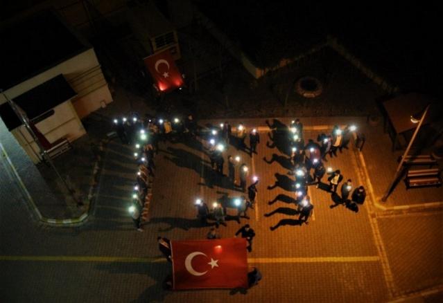 Türkiye genelinde KYK Yurtlarında kalan öğrencileri Mehmetçik'e destek olmak için odalarındaki ışıklarla 'Bahar', 'Bahar Kalkanı' ve 'TSK' yazdı.