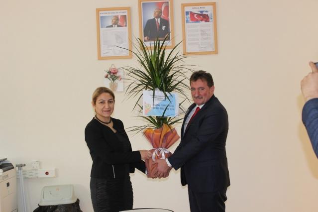 Ferizli Belediye Başkanı İsmail Gündoğdu, 24 Kasım Öğretmenler Günü dolayısıyla ilçedeki okullarda öğretmenleri ziyaret etti. Öğretmenler odasında öğretmenlerle bir araya gelen Başkan Gündoğdu öğretmenler gününü kutlayarak çiçek ve hediye takdim etti.