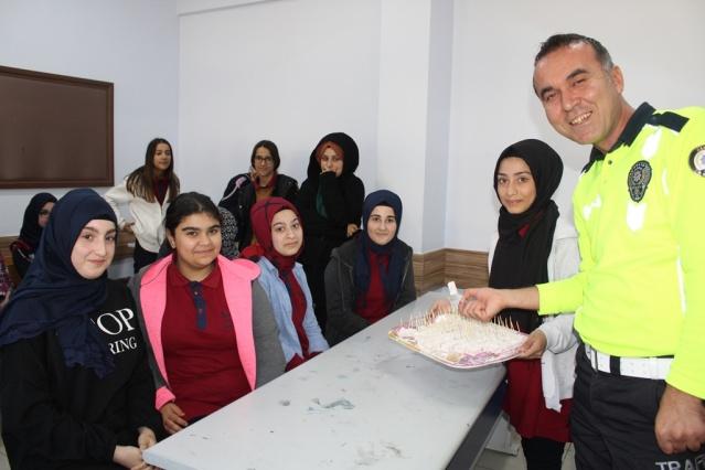 Sakarya İl Emniyet Müdürlüğü Trafik Denetleme Eğitim Büro personelleri tarafından Camili Yenikent Kız İmam Hatip Lisesi ve Ortaokulunda eğitim gören öğrencilere trafik eğitimi verildi.