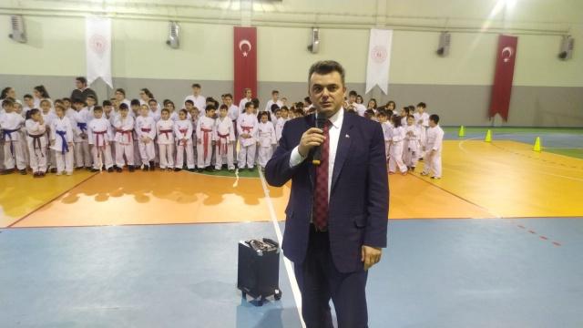 Karasu Kuzey Gençlik ve Spor Kulübü öğrencilerinden oluşan yaklaşık 100 sporcu, kuşak ve Diplomalarını, Karasu Spor Salonu'nda düzenlenen tören ile aldılar.