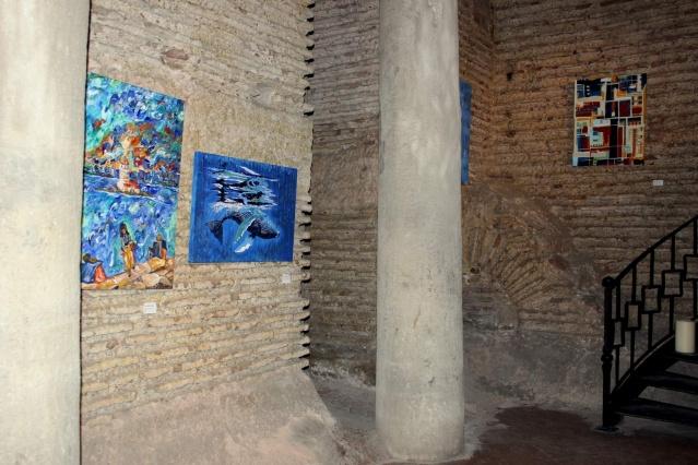 Farklı tarzların ve disiplinlerin bir araya getirildiği batik, çini, heykel, resim, seramik, minyatür, tezhip ve karışık teknik eserlerin yer aldığı göz kamaştıran sergi, İstanbul Antik Hotel'in 1500 yıllık geç Roma- erken Bizans dönemine ait tarihi doku korunarak günümüze ulaştırılan Antik Cisterna sergi salonunda yapıldı.