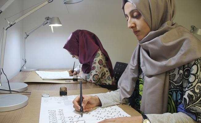 Güzel yazı yazma sanatının incelikleri Atölye'de