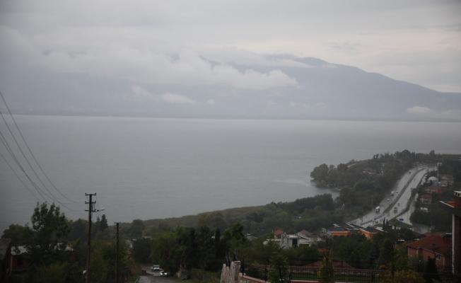 Göl üzerinden geçen bulutlar böyle görüntülendi