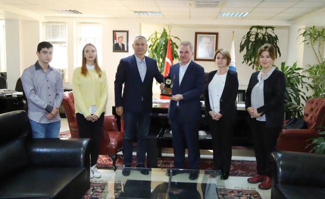 Başkan Kobaş'tan, Rektör Elmas'a teşekkür plaketi