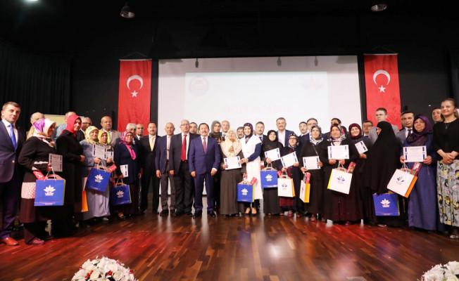 Vali Balkanlıoğlu, Okuma Yazma Öğrenen Kursiyerlere Sertifikalarını Verdi