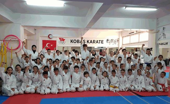 Kobaş Karate Spor Kulübü'nde 80 sporcu bir üst kuşağa terfi etti