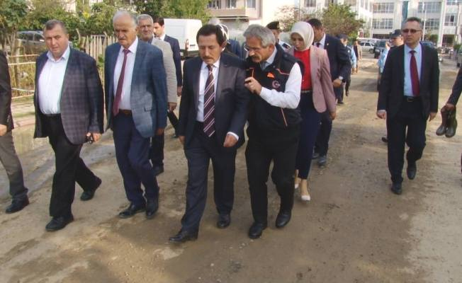 Vali sel bölgesindeki vatandaşların hasarlı evlerine giderek geçmiş olsun dedi