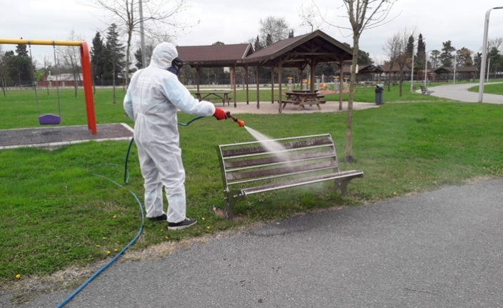 65 yaş üstü vatandaşlar için parklar ve banklar dezenfekte edildi