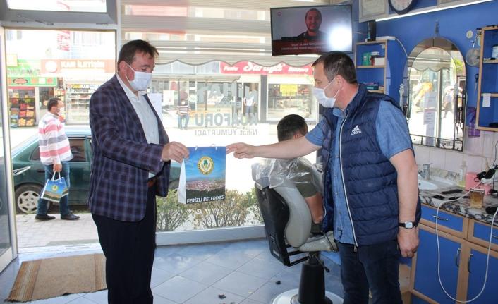Ferizli Belediyesi'nden berber ve kuaförlere maske ve el dezenfektanı desteği