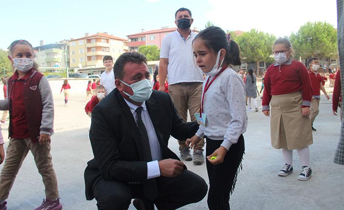 Başkan Gündoğdu, ailesini özleyen kız çocuğunu babasıyla görüştürdü