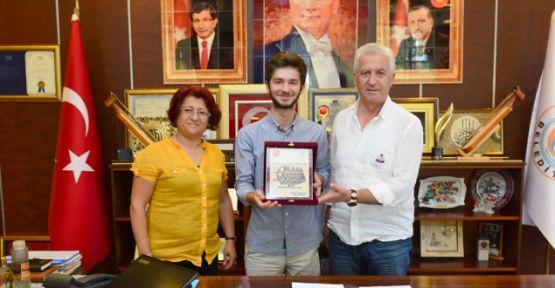 Başkan İspiroğlu'undan Karakaş'a Plaket