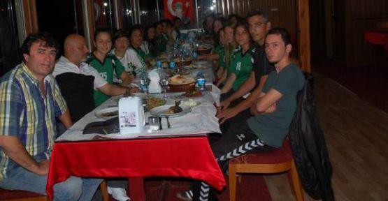 Moral Yemeğinde Kaptan Kemençe Çaldı Futbolcular Oynadı