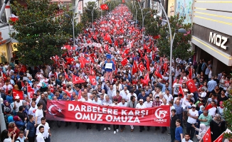 Sakarya'da binlerce kişi darbelere karşı yürüdü
