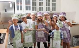 Sağlıklı Beslenme Kulubü'nde mutfak kültürü, sofra adab ve düzenini öğreniyorlar