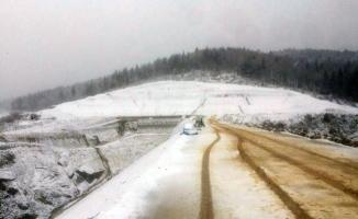 Akçay Barajı beyaz örtüye büründü