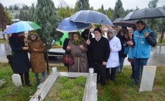 Eşinin Mezarına Gidemeyen Yaşlı Kadını, Öğrenciler Götürdü