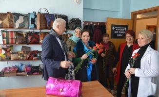 8 Mart Dünya Kadınlar Gününde karanfil dağıttı