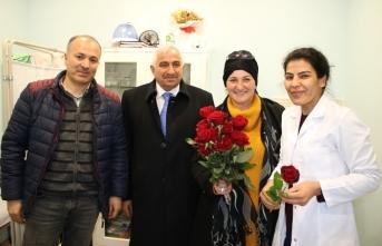 Özçelik ve Azaları doktorların Tıp Bayramını 'Gül'le kutladı
