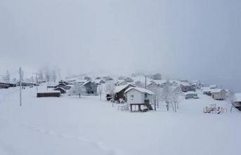 1750 metre yüksekliğindeki dikmen yaylasında kar yağışı