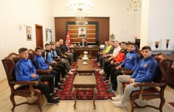 Şampiyon Güreşçilerden Vali Nayir'e Ziyaret