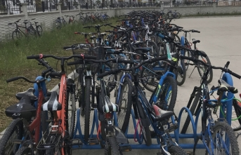 Öğrenciler Okula Bisikletle Gelip Gidiyorlar.