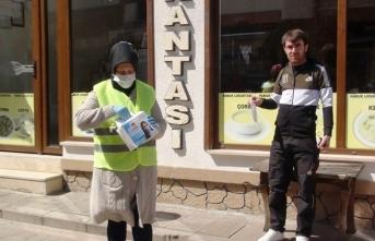 Taraklı Belediyesi vatandaşlara maske dağıtıyor