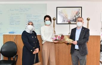 Rektör Savaşan'dan 8 Mart Dünya Kadınlar Gününde Çiçekli Kutlama