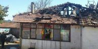 Elektrik Kablosundan çıkan yangın bir evi kül etti