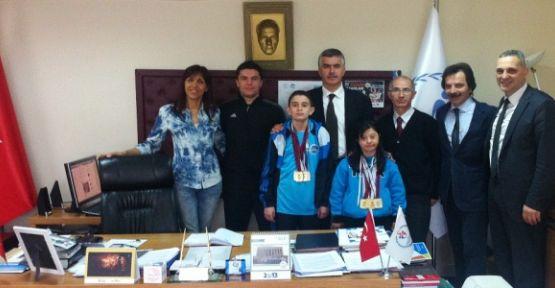 Yüzme Şampiyonlarından İl Müdürü Salih Koşu'ya ziyaret