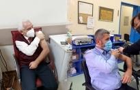 Tıp Merkezi sağlık çalışanları CoronaVac aşısı oldu