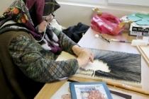 Yaşlılar sergileyecekleri eserleri özenle hazırlıyor