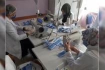 Kız meslekte maske üretimi devam ediyor