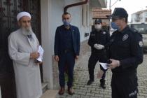 Şehit Kaymakam Safitürk'ün babasının emekli maaşını polis ekipleri evinde teslim etti