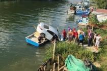 Otomobil Melen Çayında Bağlı Tekneye Uçarak Çarptı!
