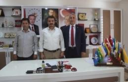 17 Türk Devletinin bayraklarını hediye etti