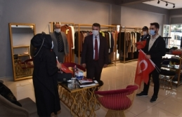 Başkan Sarı, Esnaf ve Vatandaşlara Türk Bayrağı Dağıttı