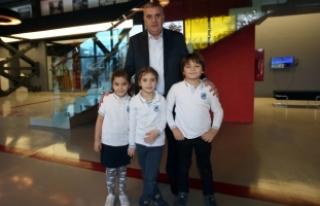 Başkan Toçoğlu çocuklarla resim yaptı