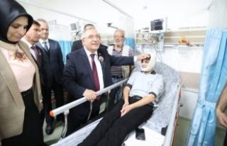 Vali Nayir 10 Kasım Töreninde Rahatsızlanan Öğrenciyi...