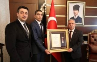 Vali Nayir 15 Temmuz Gazisine 'Devlet Övünç Madalyası...