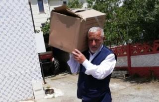 Muhtar Tek Tek Aileleri Gezerek Ramazan Erzakı Dağıttı
