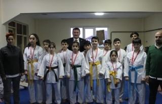 Karate il şampiyonasında dereceye giren sporculara...
